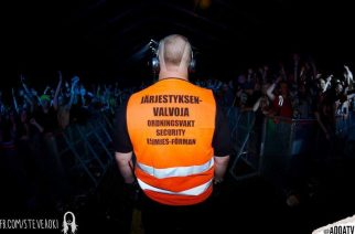 Nalleturvan Marko Mustiala vahtii juhlakansan turvallisuutta / Kuva: Steve Aokin kamerasta