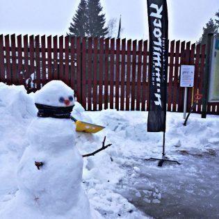 Lumiukko tervehti portilla.