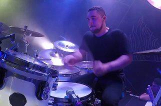 """Triviumin Alex Bentin rumputyöskentelyä pääsee ihailemaan tuoreella rumpuvideolla """"Kirisute Gomen"""" -kappaleen esityksestä Denverissä"""