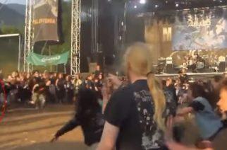 Nainen toi pienen lapsensa keskelle wall of deathia metallikonsertissa