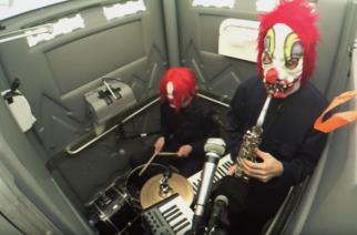 """Jazzcore -kaksikko Clown Coren huussista kajahtaa taas: Uusi video kappaleelle """"Scheduled Diarrhea"""" katsottavissa"""