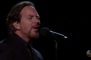 Pearl Jamista tuttu Eddie Vedder esiintyi Oscar-gaalassa Tom Pettyn kappaleella