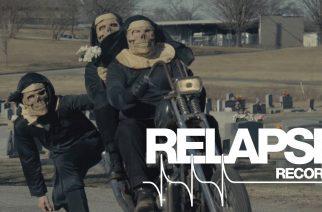 """Skeittaavat luurankonunnat vauhdissa: Iron Reagan julkaisi uuden musiikkivideon kappaleelle """"Take The Fall"""""""