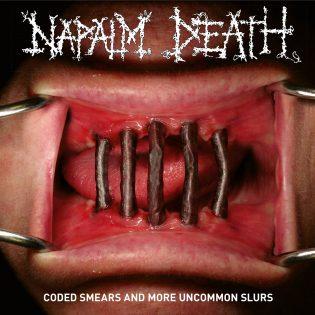 """Napalm Death: """"Coded Smears and More Uncommon Slurs"""" – Kaksi jämätynnyrillistä tuoretta ja tappavaa poltetta"""