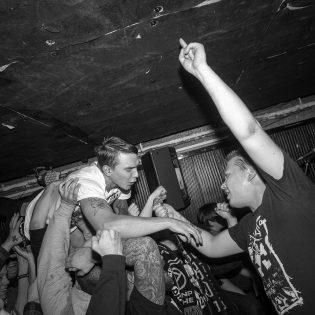 Skandinaavista hardcorea omalla otteella: Maailmanlopun uusi albumi Kaaoszinen ensisoitossa