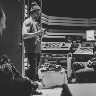 Kokeellista hardcorea soittava New Waters julkaisee uuden albuminsa huomenna