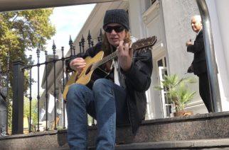 Megadethin Dave Mustainelta upea ele faneille Argentiinassa: soitti akustisen keikan hotellin ulkopuolella
