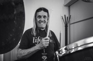 Iron Maidenin rumpali Nicko McBrain esittelee Legacy of the Beast -kiertueen settilistaa humoristisella otteella
