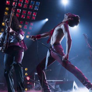 """Queen-elokuva """"Bohemian Rhapsody"""" tekee kunniaa ja viihdyttää mutta jänistää tosipaikan tullen"""