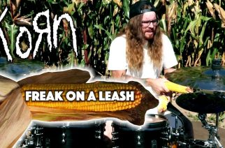 Rumpali Cameron Fleury soittaa Kornia maissilla maissipellolla