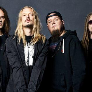 HIM- ja Amorphis-muusikoista koostuvan Flat Earthin tuore musiikkivideo Kaaoszinen ensinäytössä