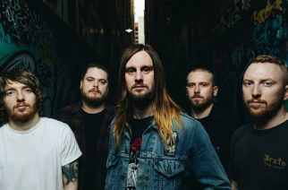 While She Sleeps ottaa kantaa bändien vähäiseen tienaamiseen uudella paidallaan: design vapaasti muidenkin käytettävissä