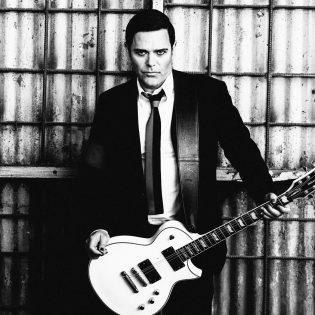 """Rammstein-kitaristi Richard Kruspen kipparoimalta Emigratelta musiikkivideo """"War"""" -kappaleesta"""