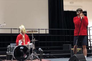 Red Hot Chili Peppers yllätti lapset esiintymällä koulun halloween-juhlassa