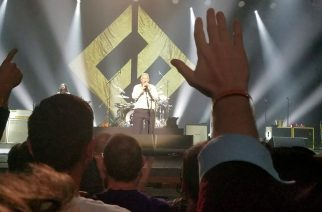 Päihtynyt fani toikkaroi Foo Fightersin lavalla – onnistui melkein kaatamaan rumpusetin