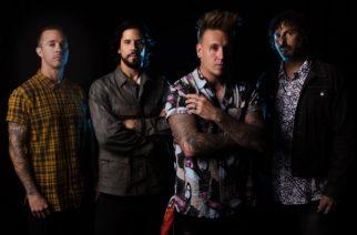 """Provinssiin saapuva Papa Roach kunnioitti edesmennyttä Keith Flintia versioimalla Prodigyn """"Firestarterin"""" konsertissaan"""