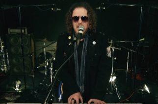 """Guns N' Rosesista tunnetulta kosketinsoittajalta Dizzy Reedilta musiikkivideo """"Rock 'N Roll Ain't Easy"""" -kappaleesta"""