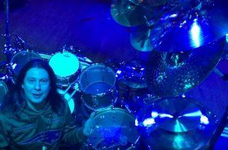Dream Theaterin Mike Mangini selventää tuoreella videolla, miksi on asentanut symbaalit ylös rumpusetissään