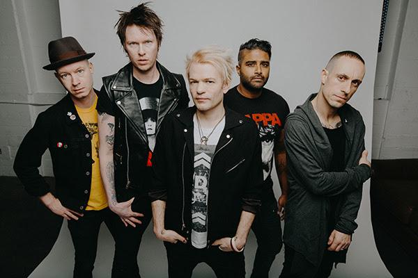 """Sum 41 julkaisi tunteikkaan viden """"Catching Fire"""" -kappaleesta: video omistettu Deryck Whibleyn itsemurhaa yrittäneelle puolisolle"""
