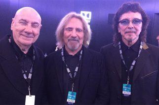 Legendat samassa kuvassa: Black Sabbathin Tony Iommi ja Geezer Butler sovinnollisessa kuvassa Bill Wardin kanssa
