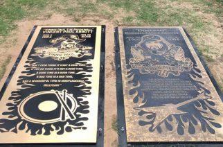 Vuonna 2018 menehtyneen Vinnie Paulin muistolaatta asetettiin virallisesti veljensä Dimebag Darrellin laatan viereen