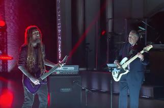 """Varsin epätodennäköinen yhdistelmä: Kornin Brian """"Head"""" Welch versioi """"Blindin"""" yhdessä ex-kuvernöörin kanssa"""