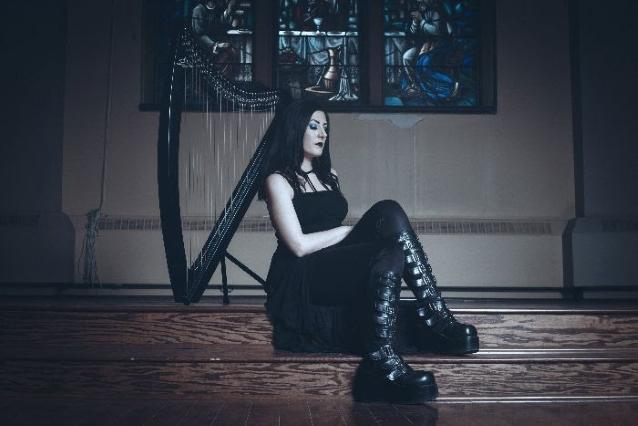 """Cradle Of Filthissä aiemmin soittanut Lindsay Schoolcraft julkaisi Sarah Jezebel Devan kanssa yhdessä """"Stolen Ligth"""" -kappaleen"""