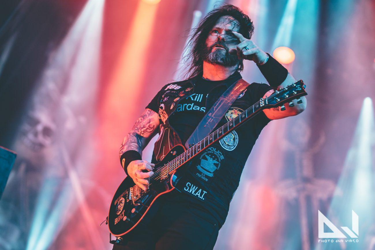 Metalliseppä takoo puukkoa Slayerin jäähyväiskiertueella käytetyistä kitaran kielistä