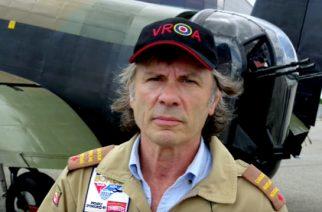 Iron Maidenin Bruce Dickinson pääsi tutustumaan Lancaster Bomberiin Kanadassa: video lennosta katsottavissa