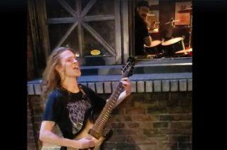 Metallibändin kitaristilla ei ollut ikää baariin – neuvokas nuorukainen soitti keikan ulkona