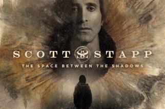 """Varjojen keskeltä kohti valoa – arviossa Scott Stappin """"The Space Between The Shadows"""""""