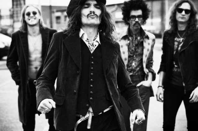 """Glam rockin lähettiläs The Darkness julkaisemassa seuraavan albuminsa lokakuussa: uusi kappale """"Rock And Roll Deserves To Die"""" kuunneltavissa"""