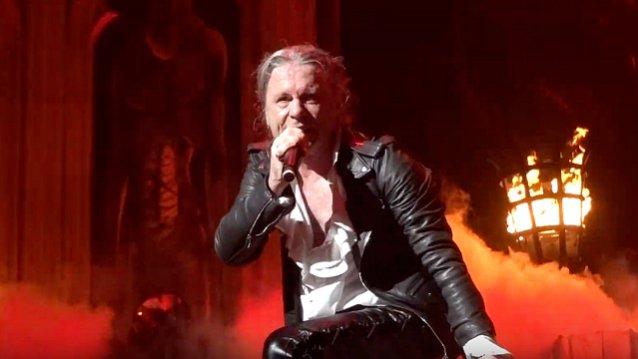 """Iron Maidenin Bruce Dickinson kertoo käyneensä leikkauksessa korona-aikana: """"Sain jalkaani viisi ja puoli tuumaa titaania"""""""