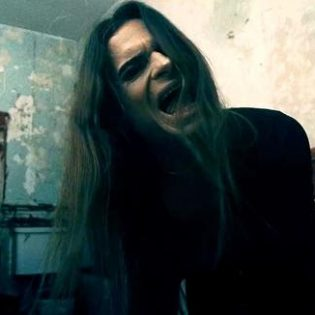"""Life Of Agonylta kummituskartanossa kuvattu video """"Lay Down"""" -kappaleesta"""