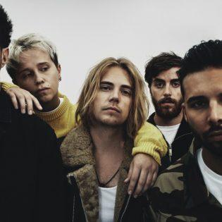 """Kovassa nosteessa olevalta rockyhtye Nothing But Thievesiltä uusi albumi lokakuussa: """"Pyrimme tekemään omaperäistä musiikkia genrerajoista välittämättä"""""""
