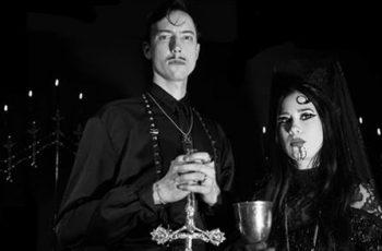 """""""Veri saattaa roiskua eturivissä"""" – haastattelussa Suomeen ensimmäistä kertaa saapuva satanistinen Doo-Wop-yhtye Twin Temple"""