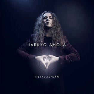 """Jarkko Aholan """"Metallisydän"""" -levyn kansikuva herättänyt huomiota: viittomakielen tulkin mukaan kannessa komeilee hohtava vagina"""