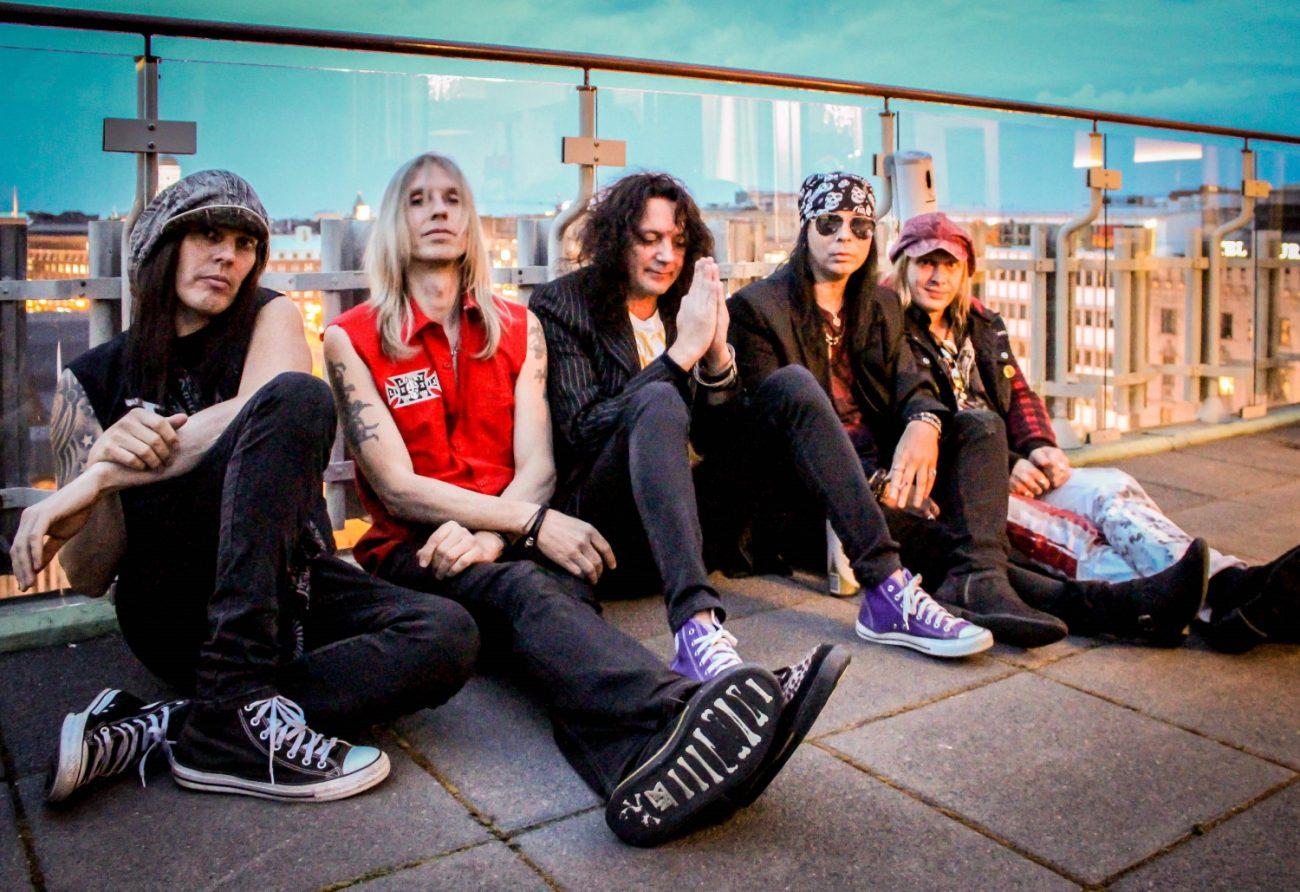 "Plastic Tearsilta uusi single ""Riot Zone"" musavideon kera"