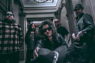 """In Flamesin Niclas Engelinin kipparoimalta We Sell The Deadilta toinen albumi helmikuussa: uusi kappale """"Across The Water"""" kuunneltavissa"""