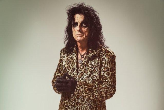 """Alice Cooper: """"Iron Maidenin ja Judas Priestin kuuluisi ehdottomasti olla Rock And Rollin Hall Of Famessa"""""""