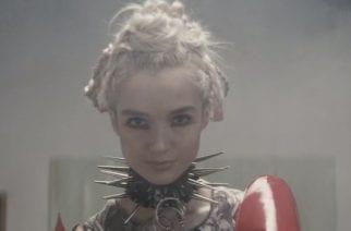 """Popista metalliin vaihtanut outoilija Poppy julkaisi videon """"Anything Like Me"""" -kappaleestaan"""