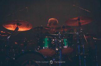 """Soilworkin Bastian Thusgaard esittelee rumputaitojaan bändin uuden kappaleen """"Desperadon"""" merkeissä"""