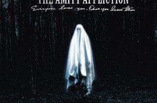 """The Amity Afflictionin """"Everyone Loves You… Once You Leave Them"""" on ihan pätevä paluu kitaravetoisempaan metalcoreen, mutta silti pienoinen pettymys"""
