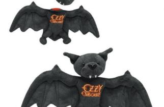 Ozzy Osbourne julkaisi uuden lepakkopehmolelun, jolta sinäkin voit purra pään irti pimeyden prinssin kunniaksi