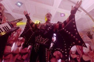 """Lindemannin uusi musiikkivideo """"Platz Eins"""" tarjoaa annoksen body horroria ja alastomuutta"""