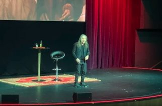 Iron Maidenin Bruce Dickinsonin Spoken Word -keikka Moskovasta katsottavissa kokonaisuudessaan