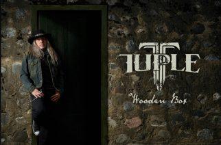 """Herkkää hard rockia puisessa laatikossa – arvostelussa Tommi """"Tuple"""" Salmelan """"Wooden Box"""""""