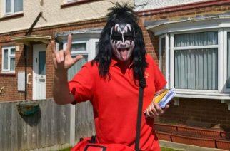 Brittiläinen posteljooni viihdyttää ihmisiä koronakaranteenissa: jakaa postia Kissin Gene Simmonsiksi pukeutuneena