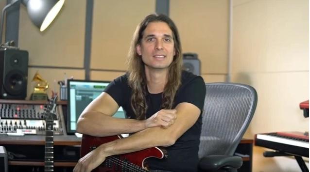 """Megadeth-kitaristi Kiko Loureiro julkaisi """"Symphony Of Destruction"""" -koesoittovideonsa"""