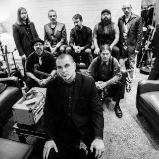 """Panterasta ja Downista tunnetun Phil Anselmon En Minor -projektilta debyyttialbumi syyskuussa: uusi kappale """"Mausoleums"""" kuunneltavissa"""